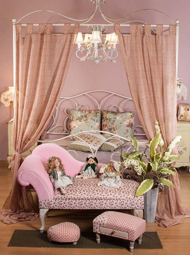 Patul cu baldachin Belchamp, prins în decorul unui dormitor de poveste.