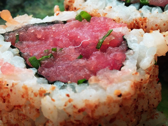 Toro Uramaki [Fat Tuna rolled with kelp and sesamed rice] by Marcelo_Maia, via Flickr