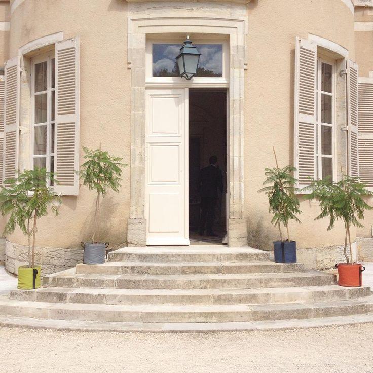 Les pots BACSAC 25L : la touche de couleur pour illuminer cette entrée de maison !