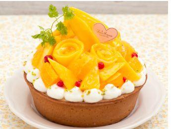 Pelican Mango & Orange Tart  ペリカンマンゴー・オレンジのタルト Tart with plenty of mangoes decorated like rose petals. 爽やかな酸味ととろける食感のペリカンマンゴーをたっぷりと使用したタルト。爽やかでジューシーなオレンジと、バラの花びらのように飾りつけたマンゴーが見た目にも華やかな季節限定タルトです。*** La Maison - 〒160-0022 東京都新宿区新宿3-38-2 ルミネ新宿 ルミネ2 5F