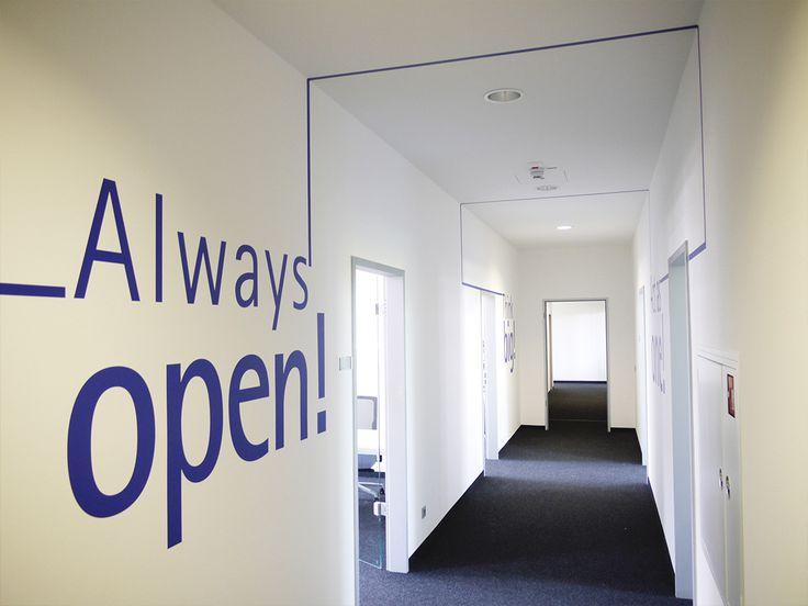 »Always open!« Klebebuchstaben