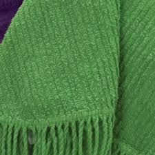 CHENILLE: CARACTERÍSTICAS DO TECIDO CHENILLE  - Possui textura similar à pele;  - Possui uma bela aparência; - É maleável; - É um tecido ornamental;  - Assemelha-se ao veludo;  - Ele reflete e absorve luz em graus variáveis.  http://www.portaisdamoda.com.br/glossario-moda~tecido+chenille.htm
