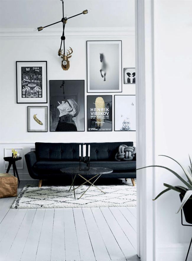 Mörk soffa och ljusa golv