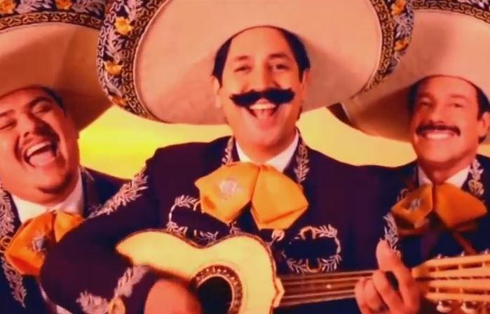 Un grupo de mariachis canta en spansligh para abrirse fronteras, cantan cumpleaños feliz de una forma muy graciosa.