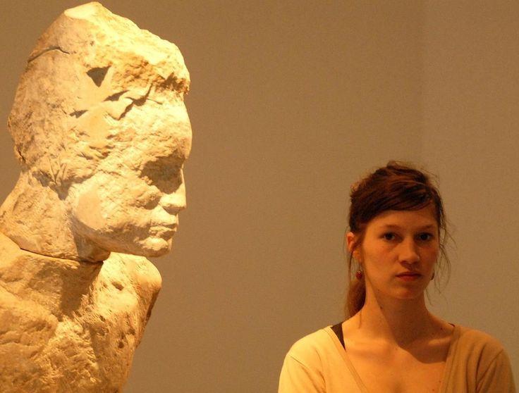 De jonge Leipziger beeldhouwer Laura Eckert (Trier, 1983) geldt als een groot talent binnen de Duitse figuratieve beeldhouwkunst. De mens is het middelpunt van haar thematiek. In haar werk focust ze zich op het menselijk lichaam en het portret, waarin binnen de menselijke verhouding zoekt naar de onderlinge relatie tussen culturele, sociale, biologische en psychologische aspecten.