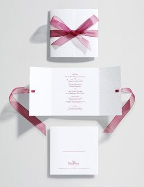 Elegante invitación de boda decorada con un lazo rosa ¿qué te parece?