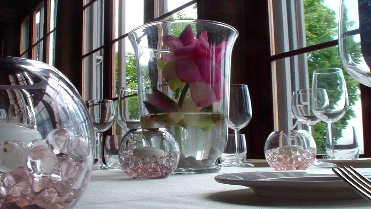 matrimonio: centrotavola con fiore di loto in vaso di vetro e sfere con gelatina colorata e candele
