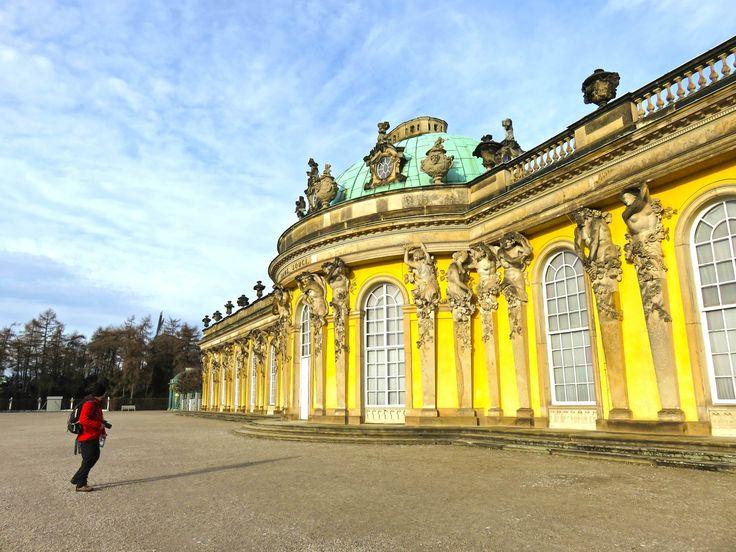 Durante a nossa estadia em Berlim resolvemos fazer uma visitade um dia a Potsdam. Apanhámos o comboio na estação de AlexanderPlatz e em cerca de uma hora chegávamos a Potsdam. Há duas paragens onde se pode sair: Postdam Main Station ou Park Sanssouci. Decidimos sair em Park Sanssoucie começar a explorar da parte da manhã …