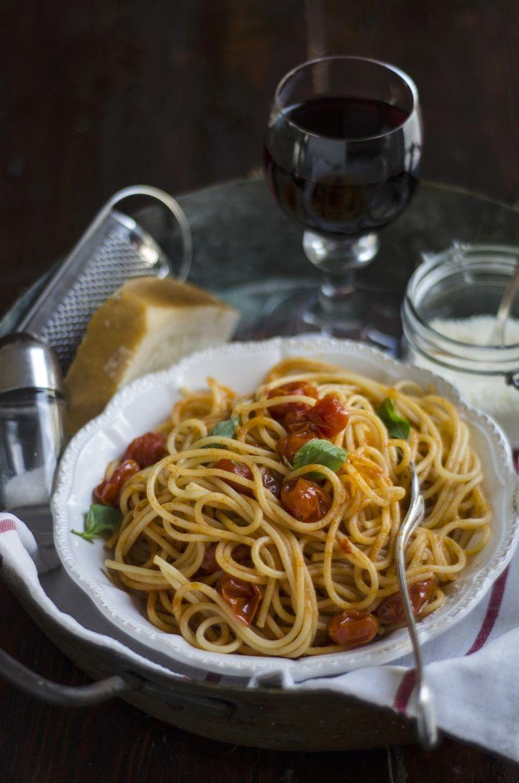 Gli spaghetti con pomodori datterino e basilico è un piatto che si realizza facilmente occorre cuocere i pomodori in forno e mantecare la pasta.