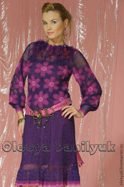 Платье  `Цветы в фиолете`. Корсет и рукава выполнены из отдельных мотивов. Верхние части платья и юбка  представляют собой сетчатое кружевное полотно.  Тональный переход узора достигается комбинированием 3-х монохромных оттенков пряжи.
