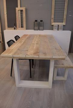 Stoere tafel van steigerhout met steigerhouten bankje met tafelpoten van oude wit geschilderde balken.