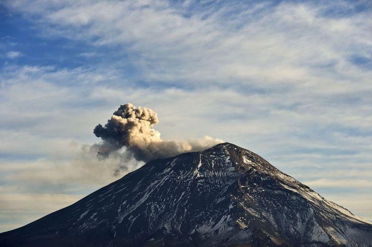 Una nuvola di cenere e fumo fuoriesce dal #vulcano Popocatepetl, nel parco nazionale di Izta-Popo. Il parco è situato nello Stato di Puebla, nel Messico centrale. (© Getty Images)