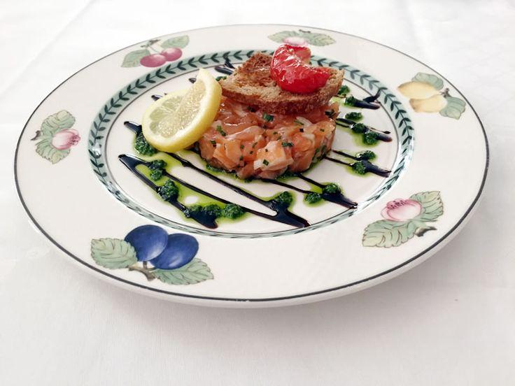 Organic Scottish #salmontartare and #avocadosauce, basil oil crisp. Tartare de #saumon #bio d''Ecosse et son #coulis d'#avocat, croustillant à l'huile de #basilic . #petitmargueryrivedroite #restoparis #restaurantparis17 #paris #instafood #instapic #foodporn #miam #yummi #foodie #picofftheday #alacarte #delicious #foodparis #paris17 #paris17eme