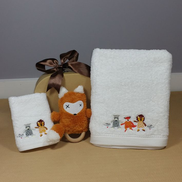 Absolutely gorgeous! this little fox design baby bath towel and face cloth is presented in a kraft suitcase along with a fox Dingaring rattle, perfect for a neutral baby gift. #neutralbabygift #corporatebabygift