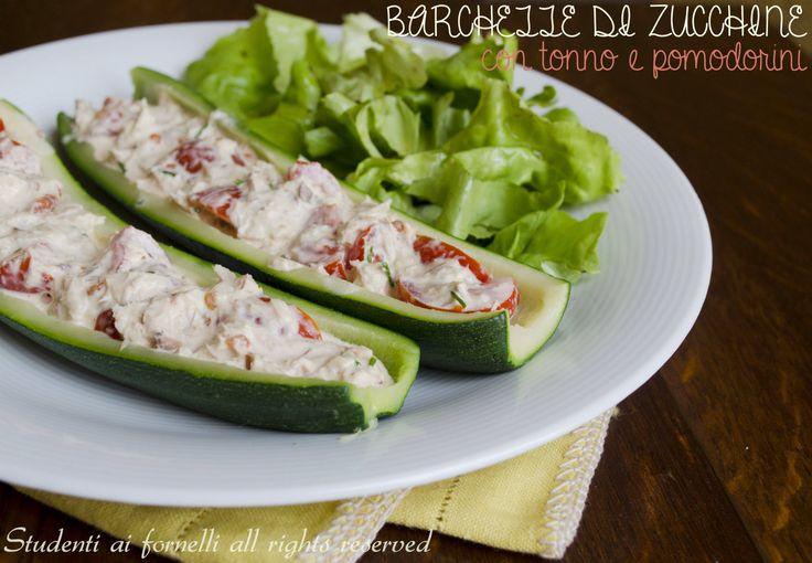 Le barchette di zucchine fredde con tonno e pomodorini sono un secondo piatto freddo e sfizioso ideali per l'estate. E' una ricetta semplice senza forno.