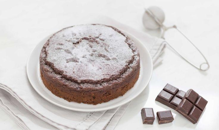 La torta al cioccolato senza glutine con la farina di quinoa è un dolce veloce da preparare e ottimo! Perfetto anche per i vegani.