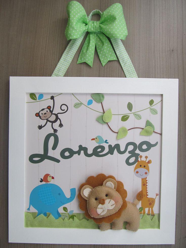 Enfeite de Porta Maternidade ou quadrinho para decoração do quarto com o tema Safari. Moldura em MDF pintada, arte impressa em papel fotográfico. Leão, grama e folhas em feltro. Pode ser feito nas cores e tecidos que desejar.