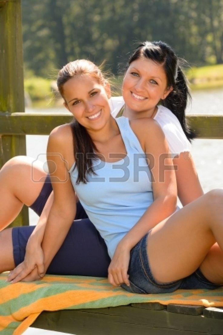 Mère et fille assis sur la jetée de détente adolescent souriant confortables Banque d'images