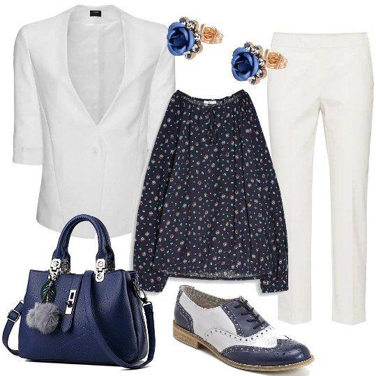 Una fantasia di piccoli fiori caratterizza la camicia con collo tondo e maniche originali, da indossare con pantaloni e giacca bianchi . Le scarpe sono delle sneakers bicolore e la borsa a mano è blu, come gli orecchini a forma di piccola rosa.