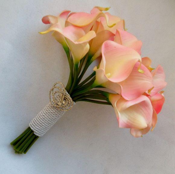 Este buquê é confeccionado com flores de silicone(copos de leite) importadas de altíssima qualidade e possui um perfume muito suave.  Delicadíssimo. Temos rosa e vermelho. Acompanha lindo broche com detalhes em  corações sobrepostos. R$ 160,00
