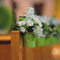 bloempotjes met kunstbloemen aan de kerkbanken, leuk idee!