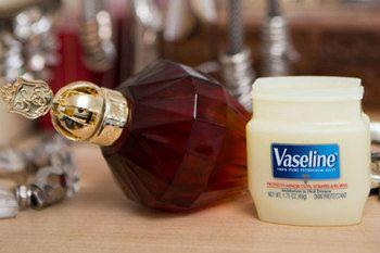【材料】 ・白色ワセリン ・好きな香りのエッセンシャル・オイル 材料はこの2点のみ。ワセリンは必ず他の混ぜものが入っていない「白色ワセリン」と記載のあるものを用意してください。
