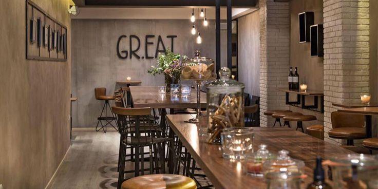 Επιλέξτε ανάμεσα στο αγαπημένο σας ποτό ή μια από τις πολλές ελληνικές ετικέτες κρασί και λικέρ αλλά και από τα ιδιαίτερα εμπνευσμένα cocktails.