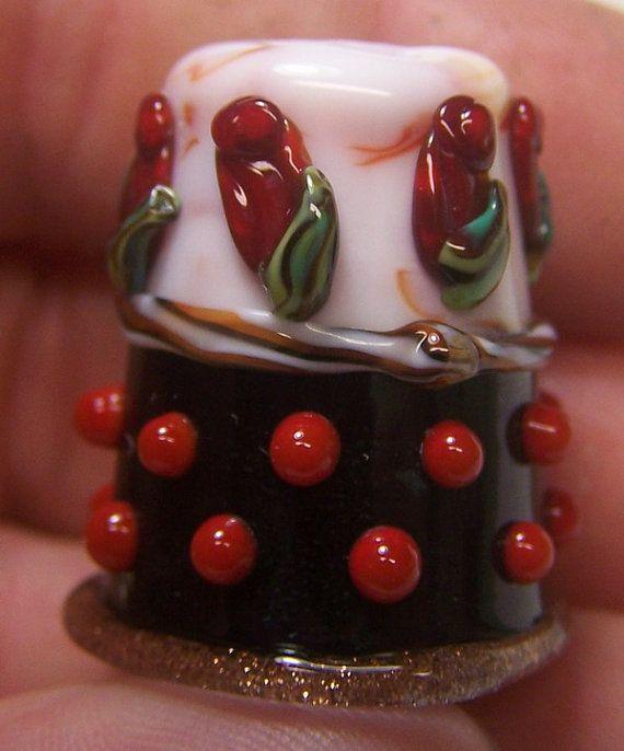 Verre à la main dé Rose rouge Tuxedo SRA par ColleensCreations