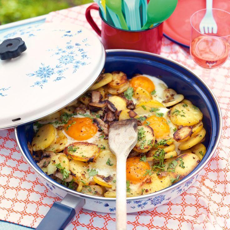Geroerbakte aardappelschijfjes met champignons en ei