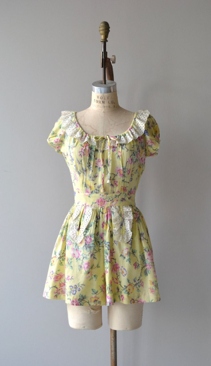 Vintage 1940s bleke geel katoen en floral print romper met brede witte oogje kant getrimd hals, korte mouwen, knop terug, voorzien van taille en oogje kant getrimd zakken en overeenkomende knop terug rok met herhaalde oogje kant getrimd zakken.  ---M E EEN S U R E M E N T S---  past zoals: kleine Bust: 34-38 Taille: 26 Hip: maximaal 46 schouder aan taille: 16 taille aan de zoom van shorts: 16 merk/maker: n/b voorwaarde: uitstekend  ✩ layaway is beschikbaar voor dit object  Om ervoor te…