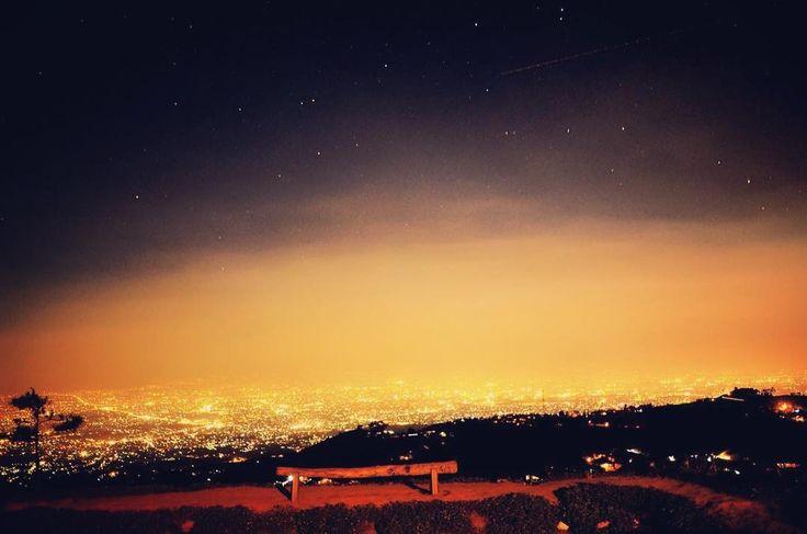 Berkemah dibawah bintang-bintang dan bulan yang bersinar dari Puncak Bukit Moko menjadi kenangan indah yang tak akan pernah lapuk dimakan usia.[Pnoto by instagram.com/leonitem]