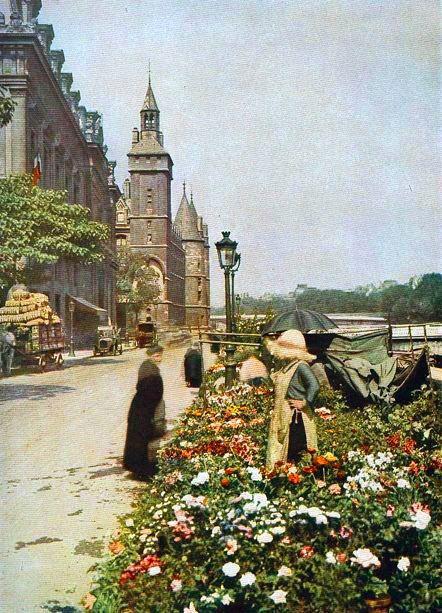Marchande de fleurs quai de la Corse, sur l'île de la Cité, en août 1910.