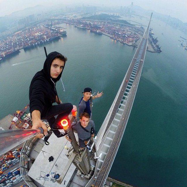 Di belahan bumi lain, ada pula trio Daniel Lau, Dex Ng dan Lawrence Tsui. Ketiganya bermukim di Hong Kong. Mereka ini sangat berani karena sepertinya santai saja mengambil foto di gedung-gedung tinggi Hong Kong. (istimewa/sbs)