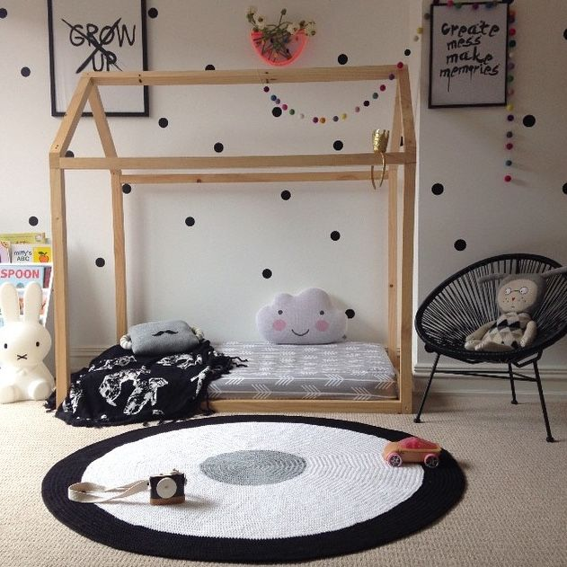 tapete de barbante croche no quarto infantil ambiente decorado circular branca e preta nórdico escandinavo