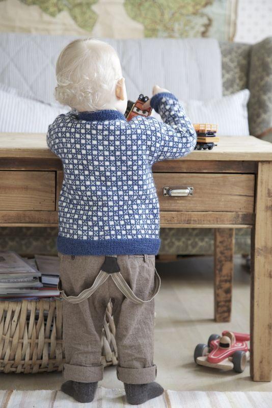 Så heldig vi har vært! Oldemor har strikket  *Elias-kofte  til Lille. I den perfekte blåfargen til en lyslugg som dette. Dette er restega...