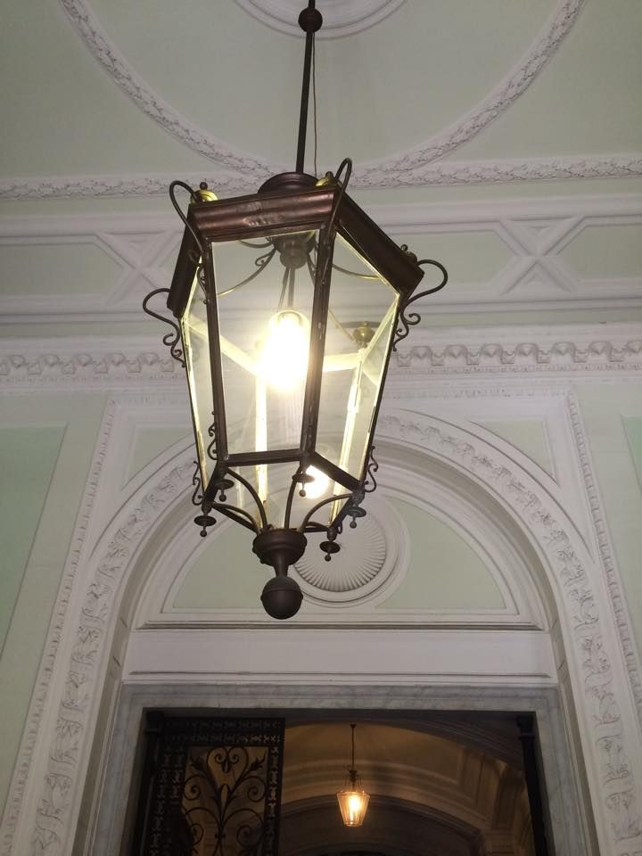 Entrée d'immeuble et lanterne ancienne. Nous sommes à votre disposition pour la création sur mesure de toutes vos lanternes artisanales www.i-lustres.com #lanterne #lanternes