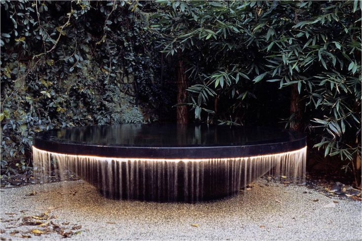 A rather striking water feature beautifully lit.  One wonders what's going on in the rest of the garden - black limestone paving/Ophiopogon planiscarpus 'Nigrescens'/Astelia chathamica 'Silver Spear'? ... the creative juices are flowing!