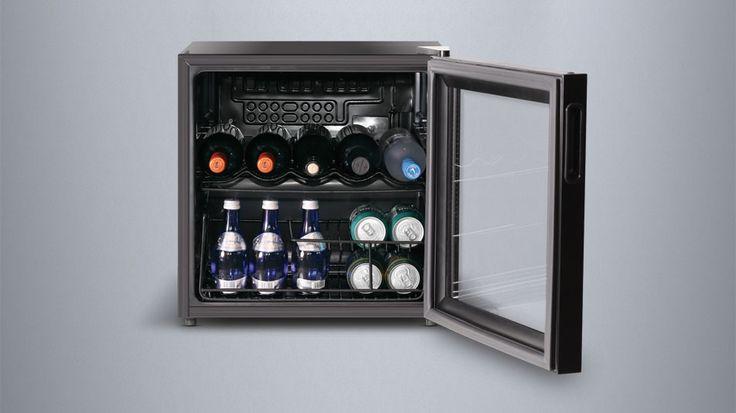 Der Inventor Vino Weinkühlschrank 49L bietet hervorragende Bedingungen für Ihre Weinlagerung, um auch die anspruchsvollsten Weinliebhaber zufriedenzustellen. Dank seiner kompakten Größe und des wechselbaren Türanschlags kann dieser an jedem Ort platziert werden. Der fortschrittliche UV-Filter schützt Weine und andere Getränke vor unerwünschtes Sonnenlicht. Dieses unterstützt den natürlichen Reifeprozess und bietet ein ideales Umfeld für die Weinlagerung. Preis: 125,99 €