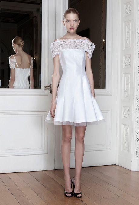 Robe courte de mariée, col bateau en dentelle blanche - Robe: Sophia Kokosalaki #bridaldress #robecourte #shortweddingdress