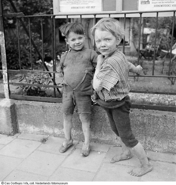 Twee schaars geklede kinderen op straat in de hongerwinter, Amsterdam (1944-1945)