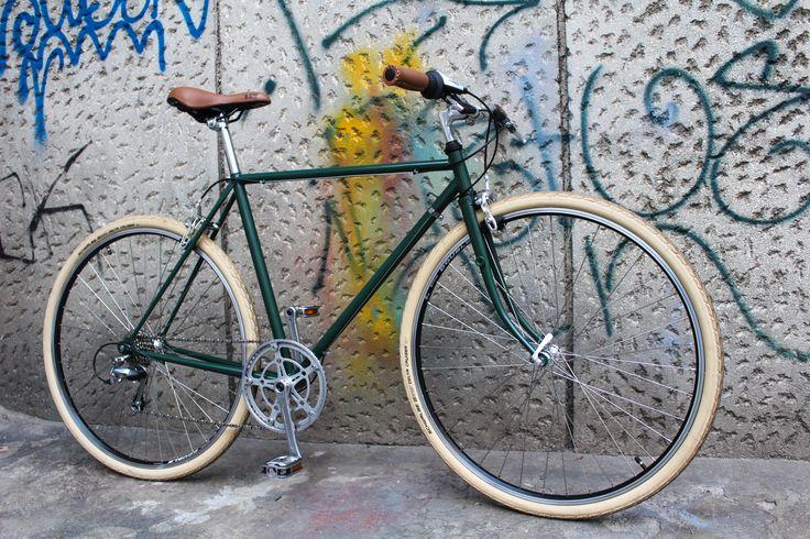 Aceasta bicicleta este special construita pentru a putea face fata traficului din oras, dar si pentru a-si purta camaradul in drumetii. Este echipata Shimano Sora, are 8 viteze, anvelope Schwalbe, revopsita electrostatic.