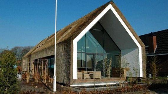 Moderne woning met strak rieten dak natuurlijk huis pinterest met and modern for Modern huis binnenhuisarchitectuur villas
