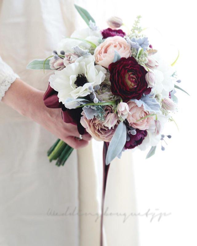 . . おはようございます☀青空が嬉しい大阪の朝です(*^^*) . アネモネはまだまだ人気のお花です。 今回は、冬を意識して、組み合わせるお花を少しシックにしてみました。 . シルバーグリーンの葉っぱを合わせて、寒い時期に似合うブーケを作りました💐 . ふわふわのファーのケープの付いたドレスにいかがでしょう(*'▽'*) . 間も無く販売の、#完成品ブーケ です。 . 気になる作品がありましたら、ご連絡下さい⭐️ . . #weddingbouquet  #weddingdream  #wedding #bouquet  #クラッチブーケ #ウェディングブーケ #ウエディングブーケ  #冬のブーケ #2018春婚  #2017冬婚  #結婚式準備