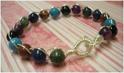 Two easy and free wire wrapped bracelet tutorials by Judy Larson. Highly recommended!