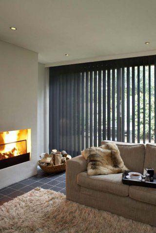 vertikale lamellen verkrijgbaar bij www.rolgordijnwinkel.nl in een gezellig interieur | woonkamer | haard | binnenzonwering