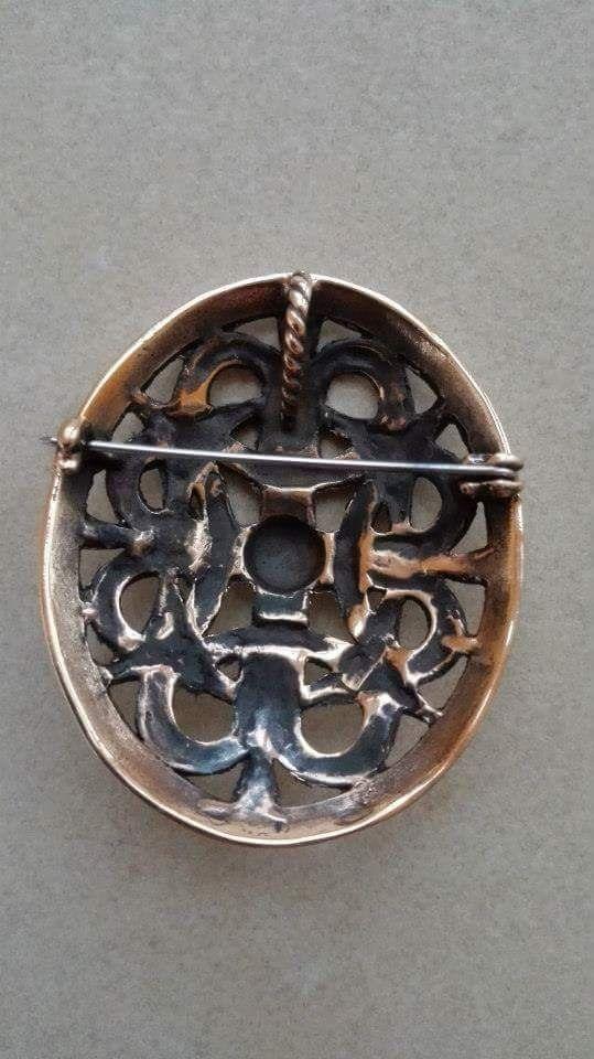 Borrestil Broche Bronze: 210 kr./stk. Sølv: 820 kr. . 55 x 45 mm - Inspireret af et guldspænde, fundet  ved Fæsted i Sønderjylland/DK. Det firdelte mønster symboliserer  livets cyklus, f. eks. årstiderne,  himmelsretningerne og elementerne  (luft, vand, ild og jord).  Cirklen yderst står for livets  uendelighed.  Vikinger ca. 800 - 1.100 e. Kr.