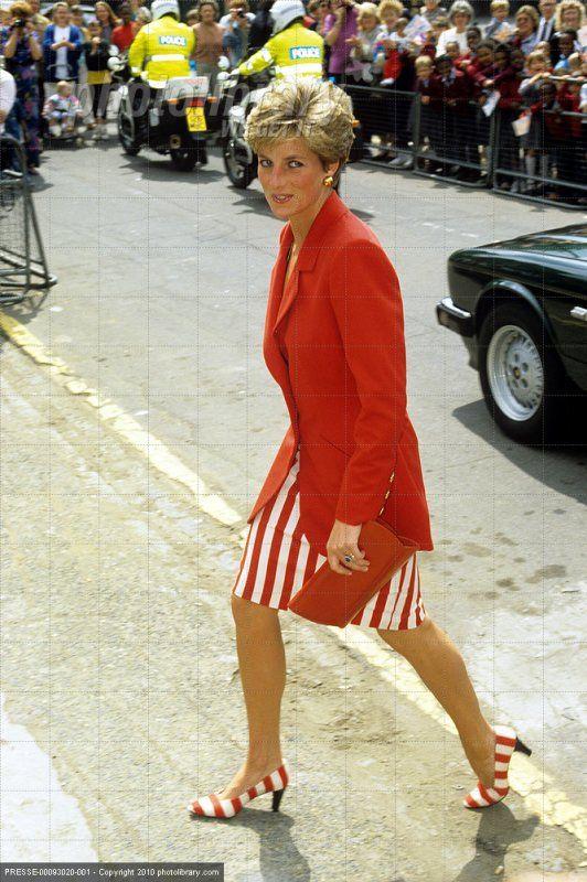 Princess Diana visite St Luke's Detoxification Centre, Lambeth _ Diana au banquet A Whitehall _ La princesse Diana avec le prince William et le prince Harry et nounou Jessie Webb dans les îles Scil...
