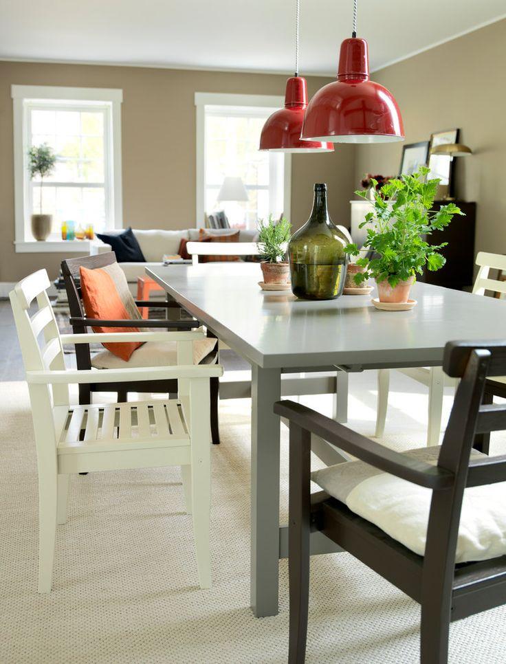 Gör matplatsen personlig och snygg på samma gång med en blandning av olika färger. Här har stolarna och bordet målats med Symfoni Lackfärg. Det grå bordet är målat i kulören Makadam 16 och stolarna i Videung 14 och Rökkvarts 12.