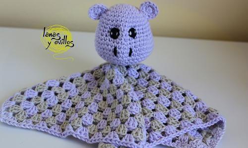 Manta de Seguridad a Crochet para Bebé - Hipopótamo Amigurumi - Patrón Gratis en Español y con Videotutorial aquí: http://www.lanasyovillos.com/accesorios/manta_seguridad_hippo