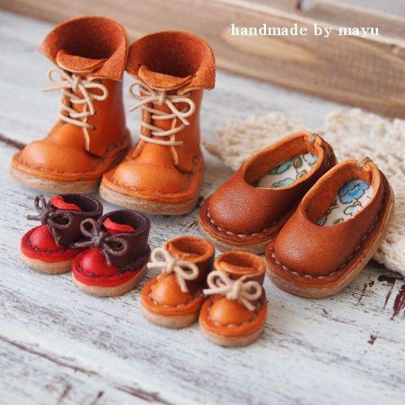 ちいさな革靴のファミリーセットです。あみあげブーツ1、ぺたんこシューズ1、豆シューズ2の計4点セットです。ディスプレイ雑貨としてお楽しみ下さい。すべて本革で手...|ハンドメイド、手作り、手仕事品の通販・販売・購入ならCreema。